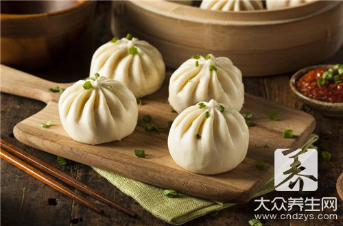 The practice of steamed stuffed bun of dried small shrimps, suit the child to eat