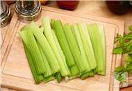 芹菜炒花生米的做法
