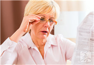老人眼睛肿是什么原因