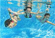 游泳怎么在水中睁眼?
