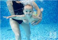 婴儿游泳前怎样按摩?
